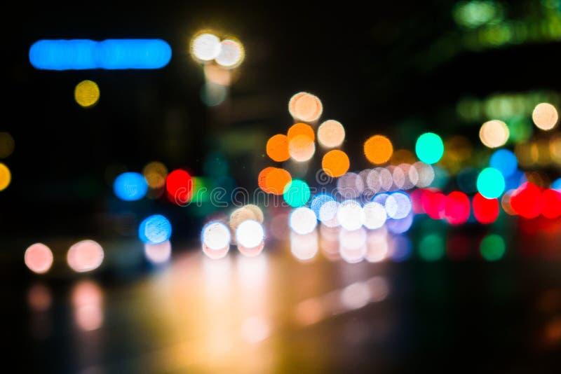Κυκλοφορία πόλεων νύχτας σε μια γιγαντιαία μητρόπολη Ελαφρύ υπόβαθρο bokeh πόλεων Φωτεινοί σηματοδότες νύχτας Defocused στοκ εικόνες με δικαίωμα ελεύθερης χρήσης