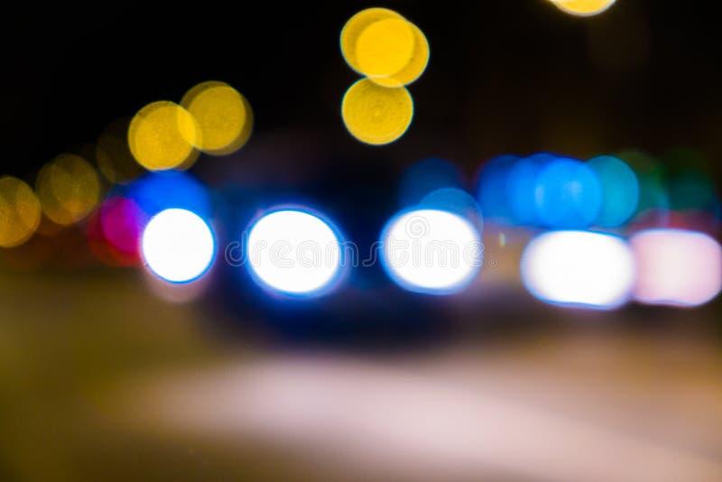 Κυκλοφορία πόλεων νύχτας σε μια γιγαντιαία μητρόπολη Ελαφρύ υπόβαθρο bokeh πόλεων Φωτεινοί σηματοδότες νύχτας Defocused στοκ εικόνα με δικαίωμα ελεύθερης χρήσης
