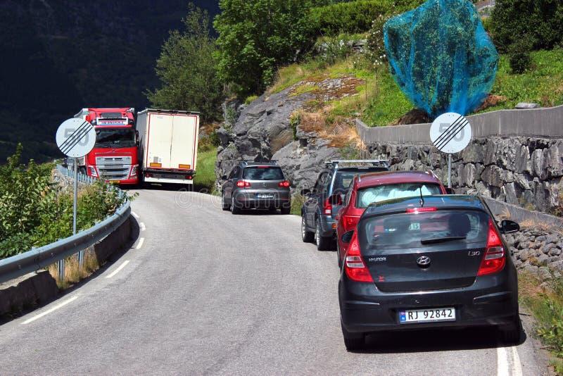 Κυκλοφοριακή συμφόρηση σε έναν στενό δρόμο κοντά σε Ullensvang, Νορβηγία στοκ φωτογραφία