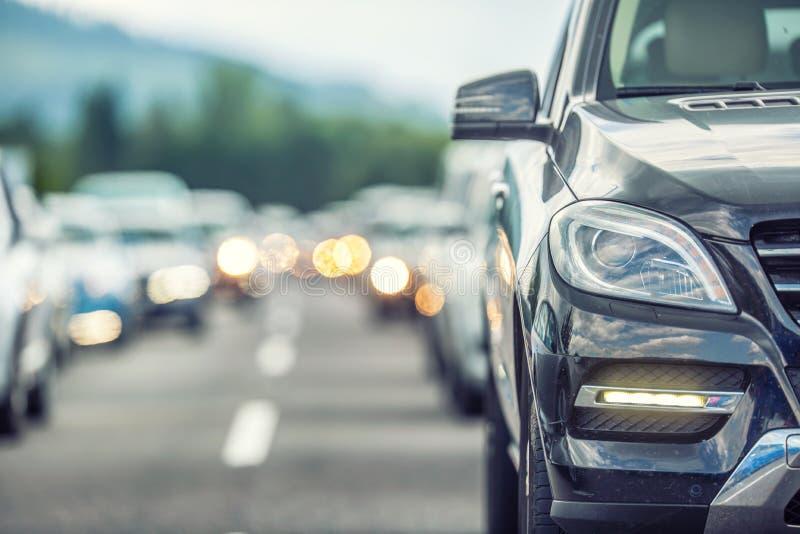 Κυκλοφοριακή συμφόρηση στην εθνική οδό Αυτοκίνητα που περιμένουν στο δρόμο στην πυκνή εποχή τουριστών στοκ εικόνες