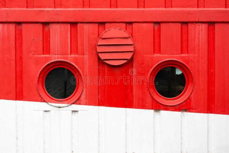 Κυκλικά παράθυρα στο κόκκινο και άσπρο κρουαζιερόπλοιο στοκ φωτογραφίες με δικαίωμα ελεύθερης χρήσης