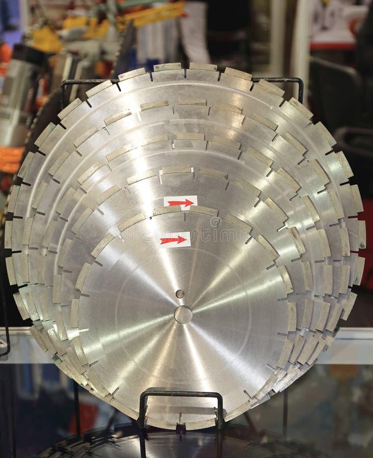 κυκλικό στενό λευκό πριονιών λεπίδων ανασκόπησης επάνω στοκ φωτογραφία με δικαίωμα ελεύθερης χρήσης