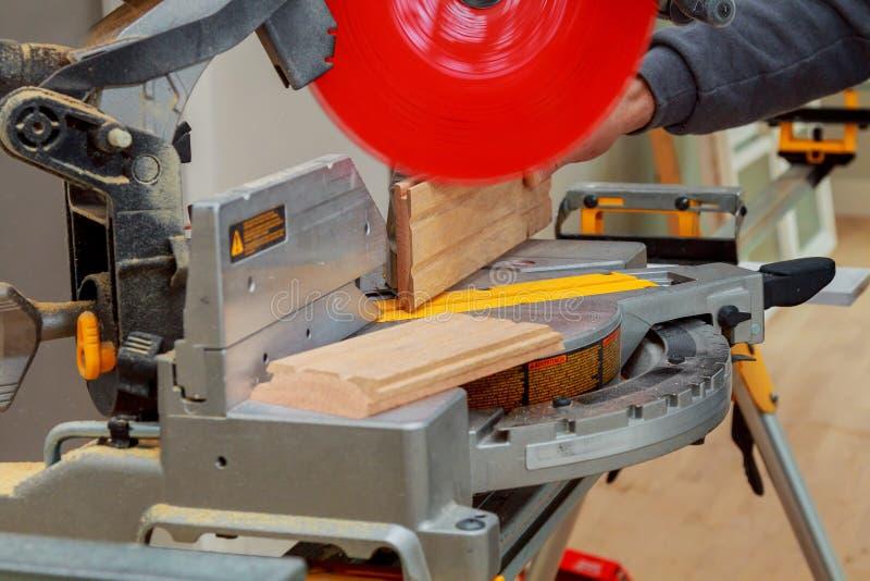 κυκλικό στενό πριόνι λεπίδων που αυξάνεται Ξυλουργός που χρησιμοποιεί για το ξύλο στοκ φωτογραφία