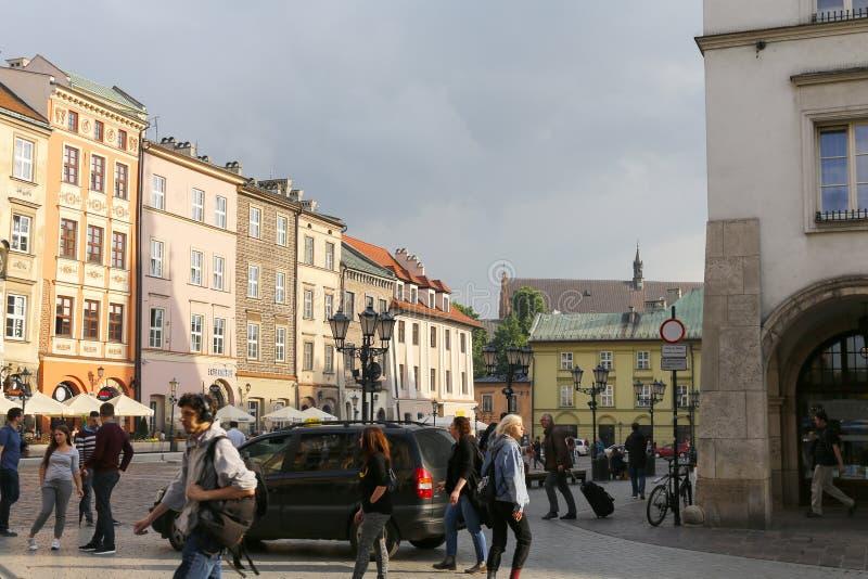 Κυκλοφορία από το μικρό τετράγωνο αγοράς στην Κρακοβία στοκ εικόνες