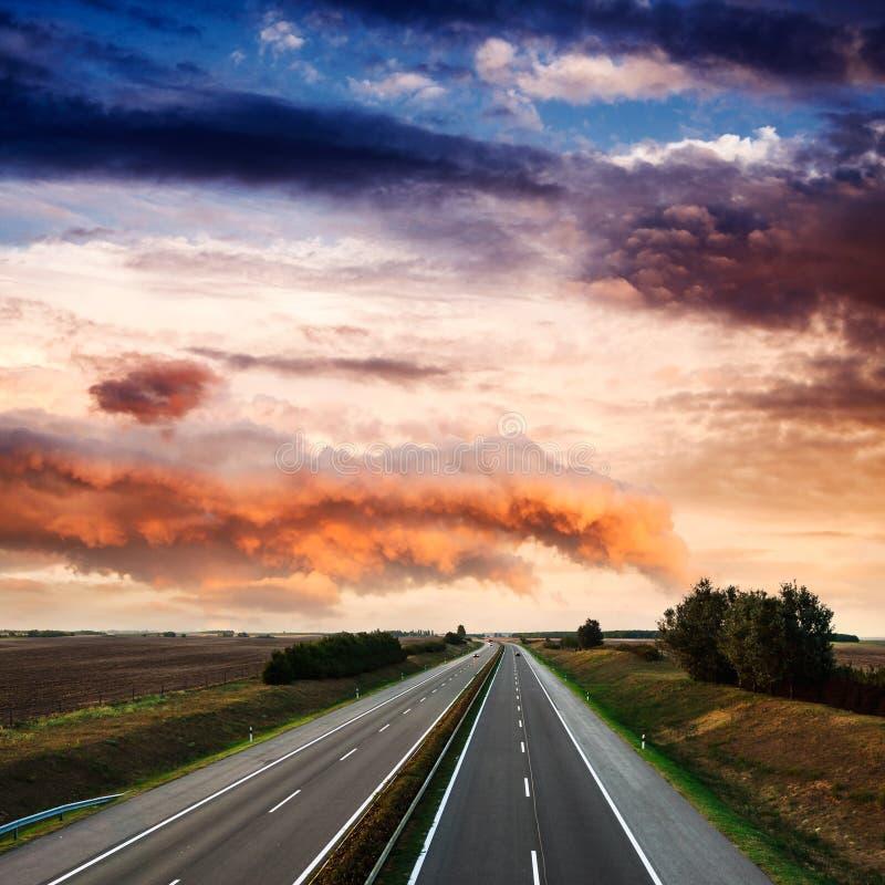 Κυκλοφορία εθνικών οδών τη θερινή ημέρα στοκ εικόνα με δικαίωμα ελεύθερης χρήσης