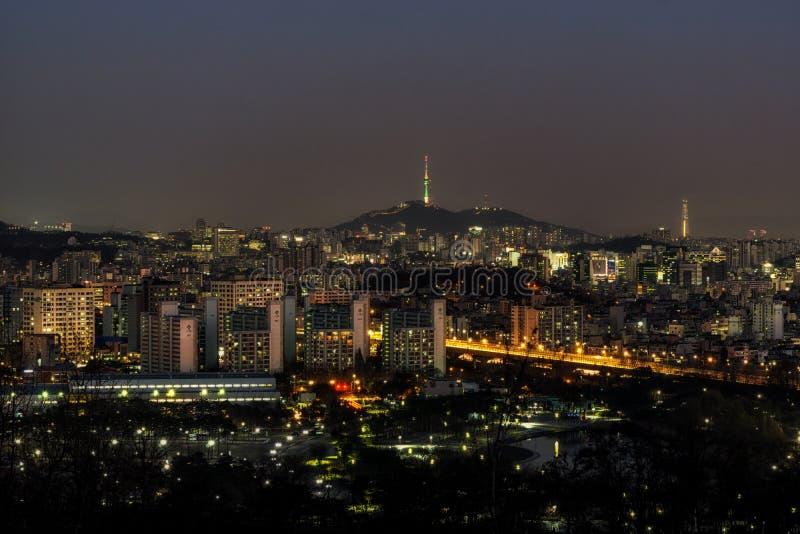 Κυκλοφορία νύχτας πέρα από τον ποταμό han στο θόριο WI της Σεούλ ο πύργος της Σεούλ ν στοκ εικόνα με δικαίωμα ελεύθερης χρήσης
