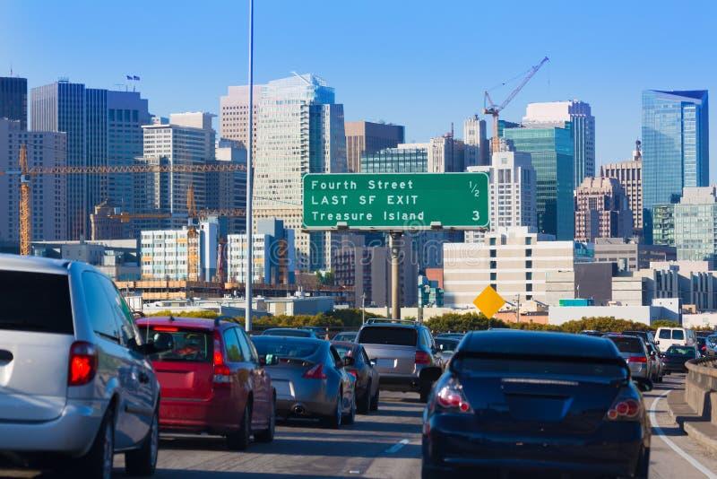 Κυκλοφορία πόλεων του Σαν Φρανσίσκο στη ώρα κυκλοφοριακής αιχμής με το στο κέντρο της πόλης ορίζοντα στοκ εικόνες
