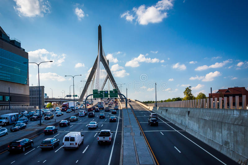 Κυκλοφορία ώρας κυκλοφοριακής αιχμής στη γέφυρα Zakim, στη Βοστώνη, Μασαχουσέτη στοκ εικόνα με δικαίωμα ελεύθερης χρήσης