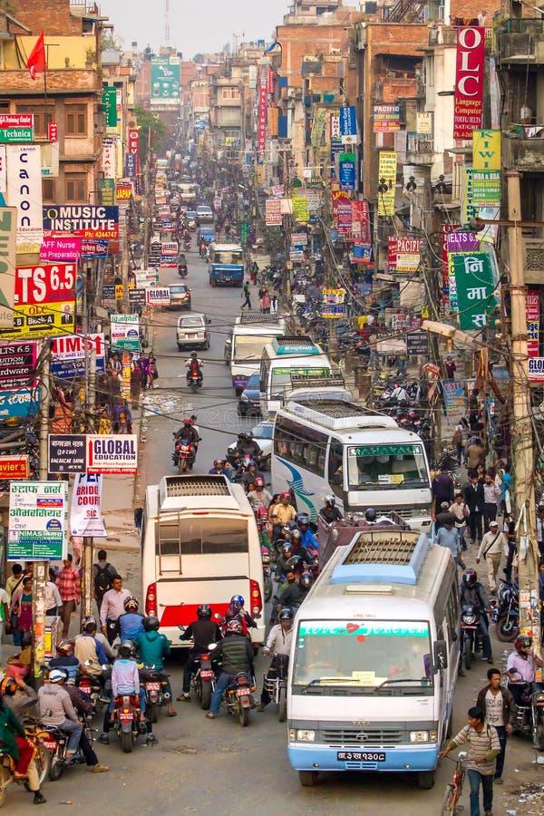 Κυκλοφοριακή συμφόρηση και ατμοσφαιρική ρύπανση στο κεντρικό Κατμαντού στοκ εικόνες