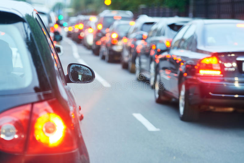 Κυκλοφοριακή συμφόρηση σε έναν δρόμο οδών πόλεων στοκ εικόνες