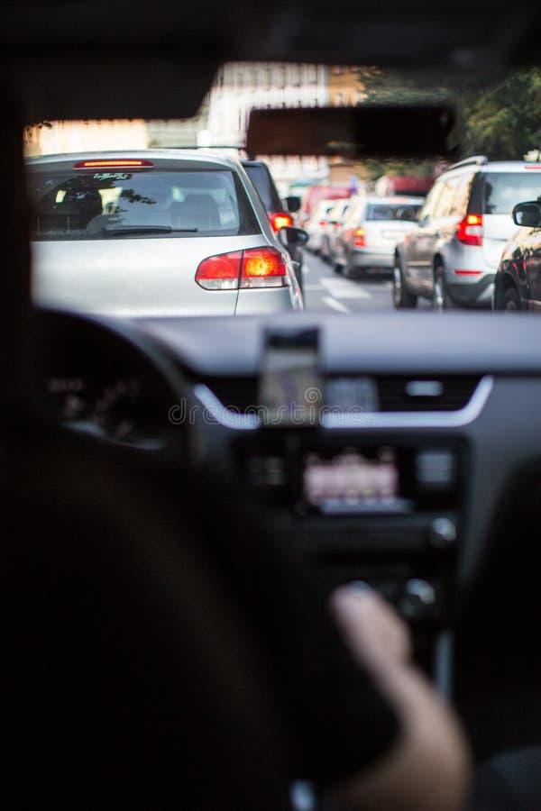 Κυκλοφοριακή συμφόρηση σε μια πόλη με τη σειρά των αυτοκινήτων στο δρόμο στοκ φωτογραφία με δικαίωμα ελεύθερης χρήσης