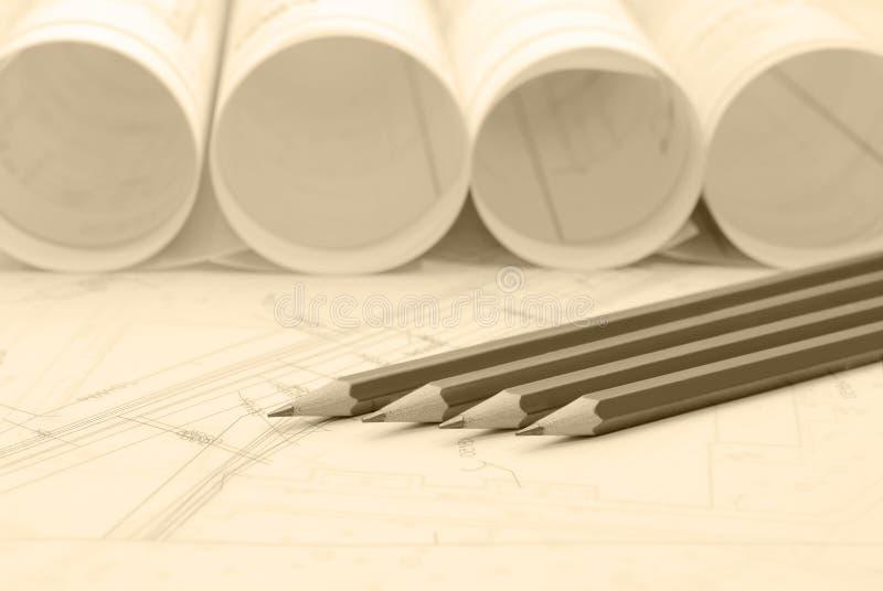 Κυλημένα επάνω αρχιτεκτονικά σχέδια και εργαλεία σχεδίων στοκ φωτογραφία με δικαίωμα ελεύθερης χρήσης