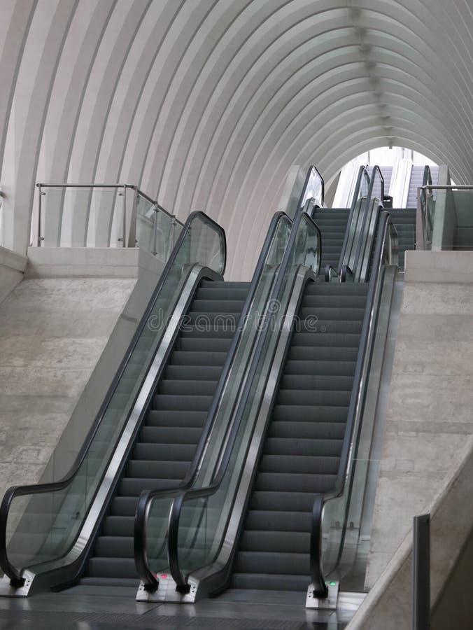 Κυλιόμενες σκάλες και συμπαγείς τοίχοι στοκ εικόνα με δικαίωμα ελεύθερης χρήσης