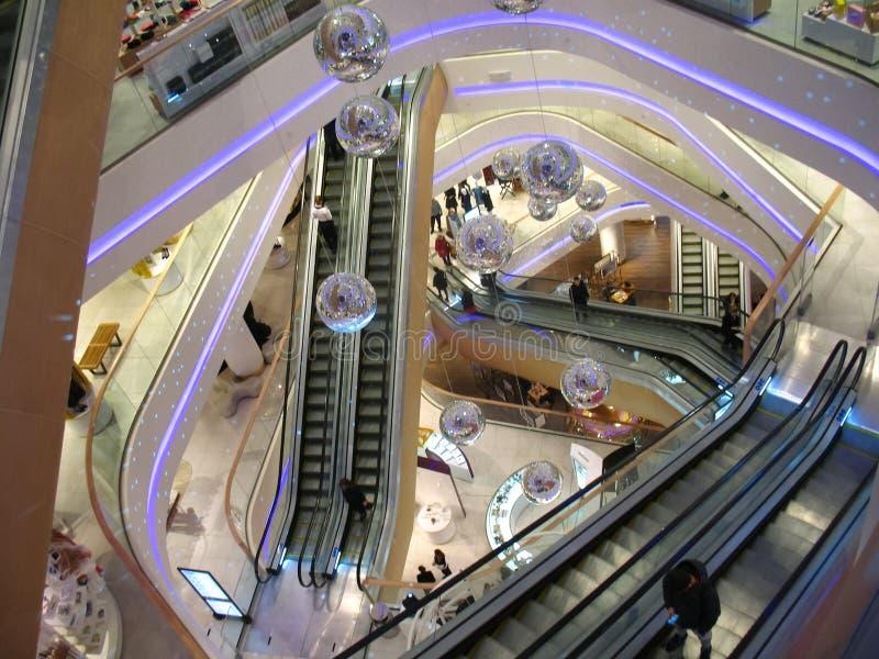 Κυλιόμενες σκάλες λεωφόρων, που διακοσμούν τις σφαίρες disco στοκ εικόνες
