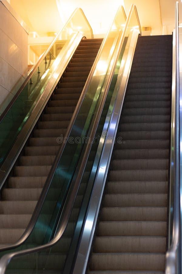 Κυλιόμενες σκάλες με τη σκάλα στοκ φωτογραφίες