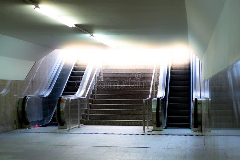 Κυλιόμενες σκάλες με τη σκάλα στοκ εικόνα