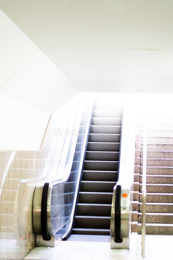 Κυλιόμενες σκάλες με τη σκάλα στοκ εικόνα με δικαίωμα ελεύθερης χρήσης