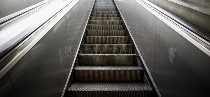 Κυλιόμενες σκάλες πάνω-κάτω για τους ανθρώπους στοκ φωτογραφία