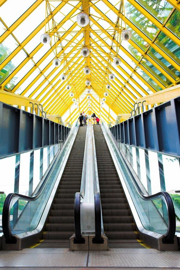 κυλιόμενες σκάλες που τα σκαλοπάτια στοκ φωτογραφίες