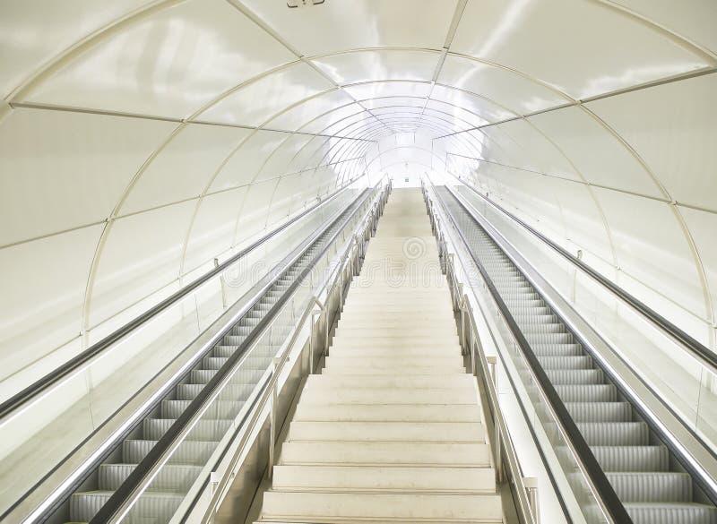 Κυλιόμενες σκάλες σε μια σήραγγα ενός σύγχρονου σταθμού μετρό στοκ εικόνες με δικαίωμα ελεύθερης χρήσης