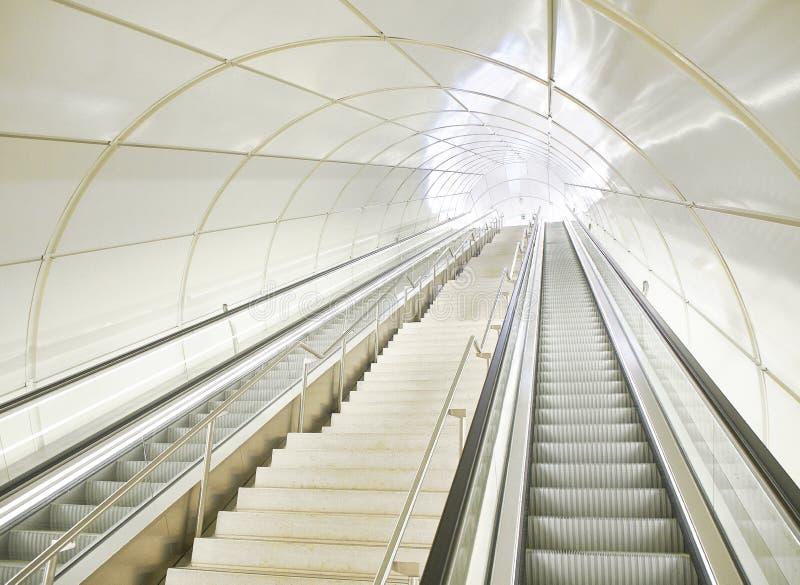 Κυλιόμενες σκάλες σε μια σήραγγα ενός σύγχρονου σταθμού μετρό στοκ φωτογραφία