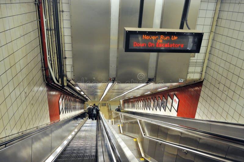 Κυλιόμενες σκάλες στον υπόγειο σε NYC στοκ φωτογραφία