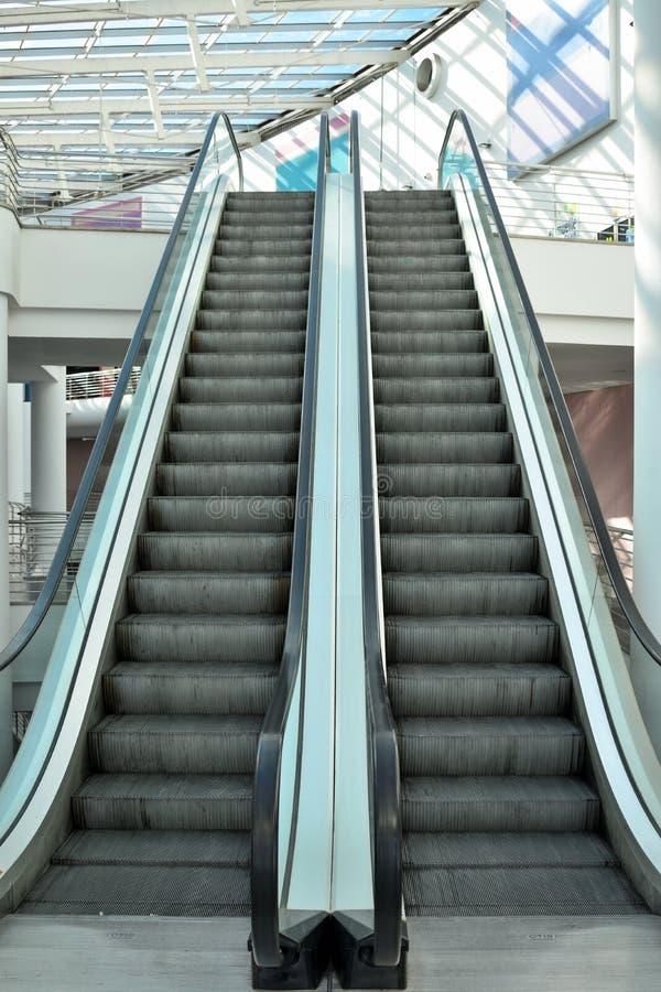 Κυλιόμενες σκάλες στο εμπορικό κέντρο στοκ φωτογραφία