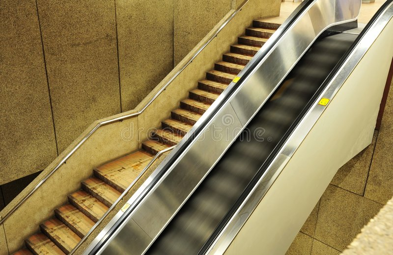 κυλιόμενη σκάλα αερολιμένων στοκ εικόνα