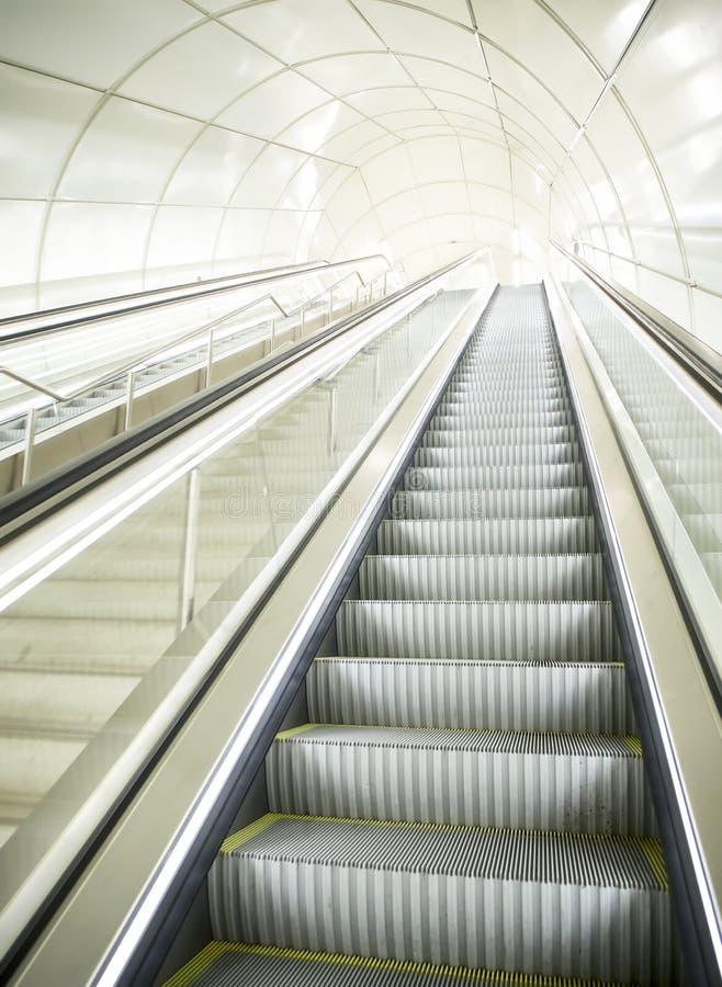 Κυλιόμενη σκάλα ενός σύγχρονου υπόγειου σταθμού μετρό στοκ φωτογραφίες με δικαίωμα ελεύθερης χρήσης