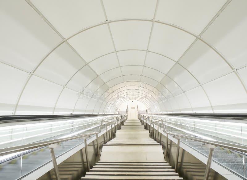 Κυλιόμενη σκάλα ενός σύγχρονου υπόγειου σταθμού μετρό στοκ εικόνες με δικαίωμα ελεύθερης χρήσης