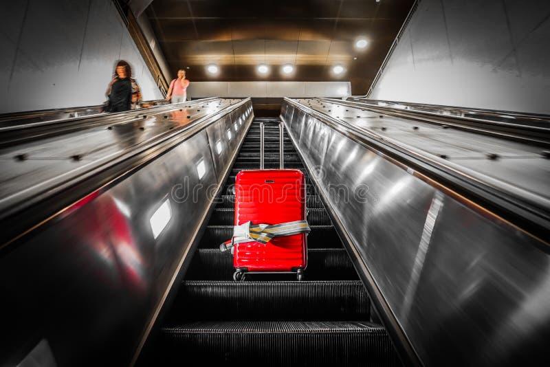Κυλιόμενη σκάλα και βαλίτσα στοκ εικόνες
