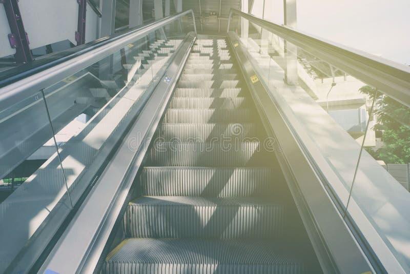 Κυλιόμενη σκάλα με το ελαφρύ υπόβαθρο διαρροών στοκ φωτογραφία
