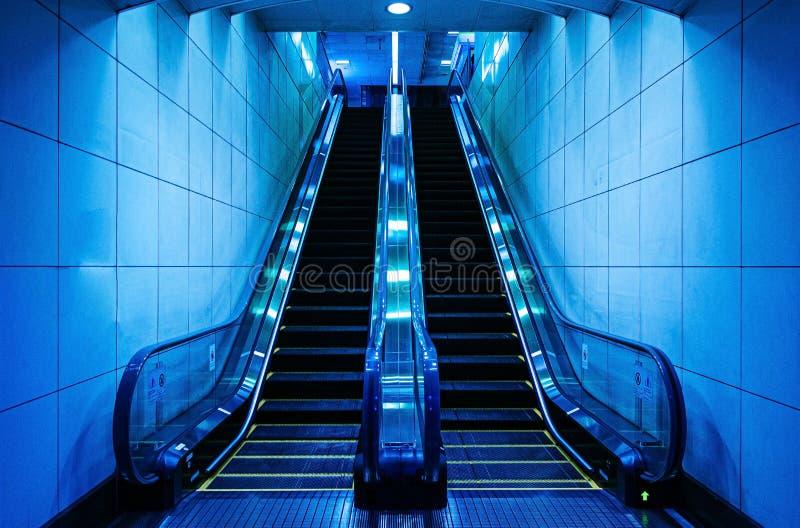 Κυλιόμενη σκάλα σε έναν υπόγειο σταθμό στο Τόκιο - την Ιαπωνία στοκ φωτογραφίες με δικαίωμα ελεύθερης χρήσης