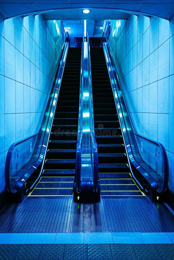 Κυλιόμενη σκάλα σε έναν υπόγειο σταθμό στο Τόκιο - την Ιαπωνία στοκ φωτογραφία με δικαίωμα ελεύθερης χρήσης
