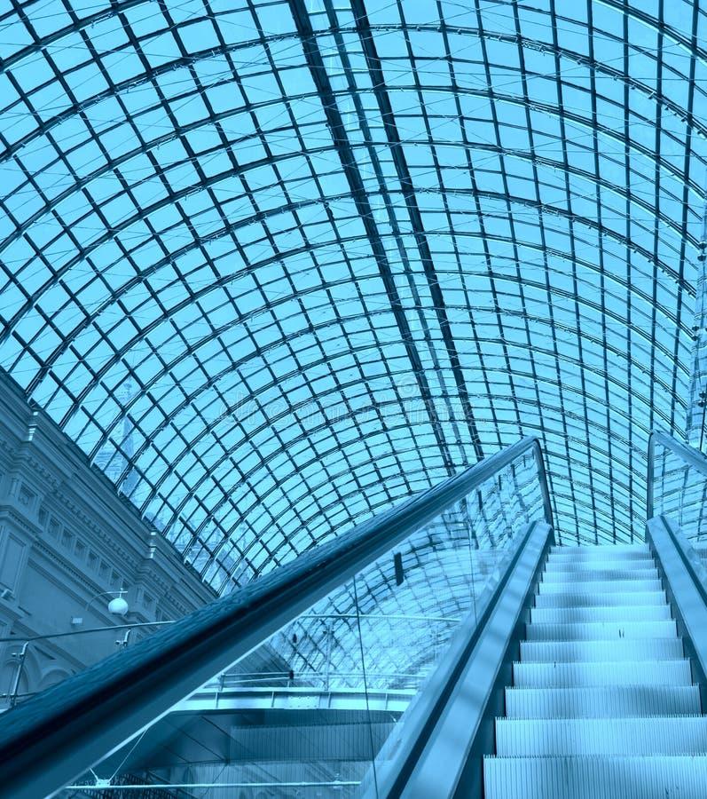 Κυλιόμενη σκάλα σε μια λεωφόρο αγορών στοκ φωτογραφία με δικαίωμα ελεύθερης χρήσης