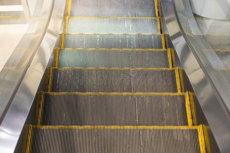Κυλιόμενη σκάλα στο σταθμό τρένου ουρανού στοκ φωτογραφία με δικαίωμα ελεύθερης χρήσης