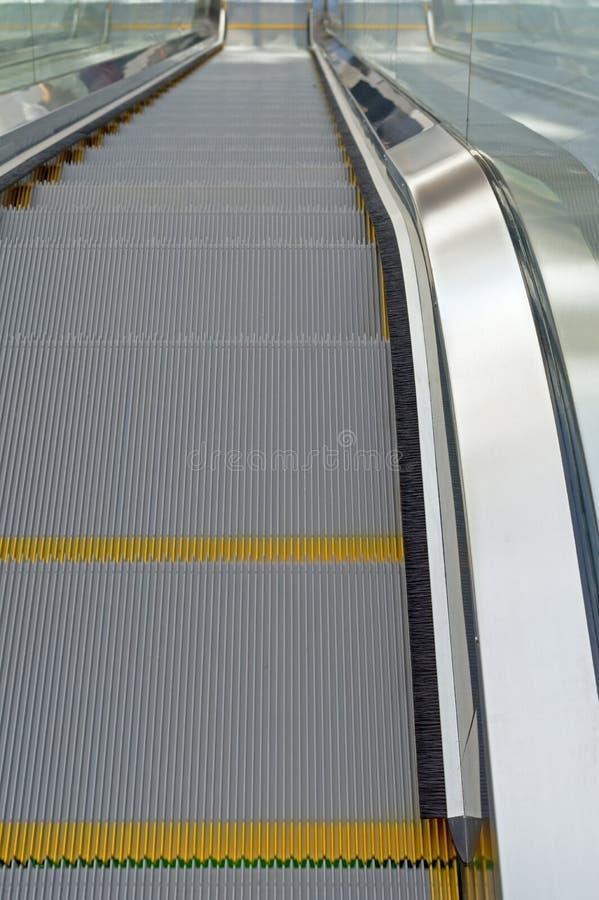 Κυλιόμενη σκάλα χάλυβα στον υπόγειο στοκ εικόνες με δικαίωμα ελεύθερης χρήσης