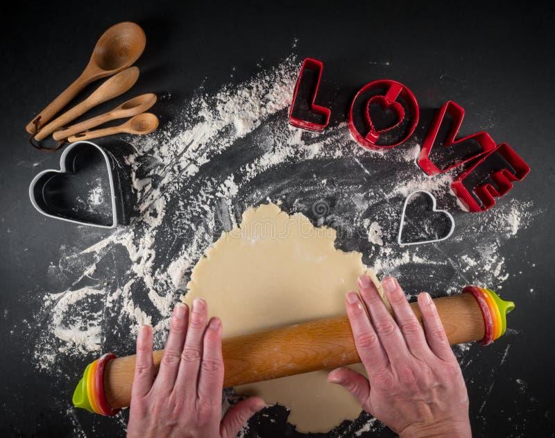 Κυλώντας ζύμη μπισκότων αγάπης στοκ εικόνες με δικαίωμα ελεύθερης χρήσης