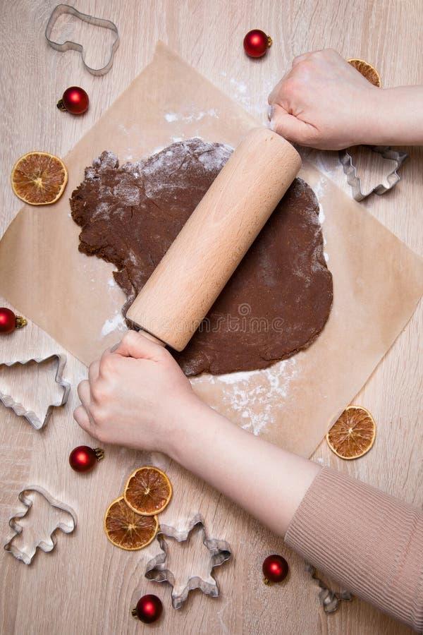 Κυλώντας ζύμη, ψήνοντας άτομα μελοψωμάτων, που κάνει τα Χριστούγεννα gingerbr στοκ φωτογραφίες με δικαίωμα ελεύθερης χρήσης