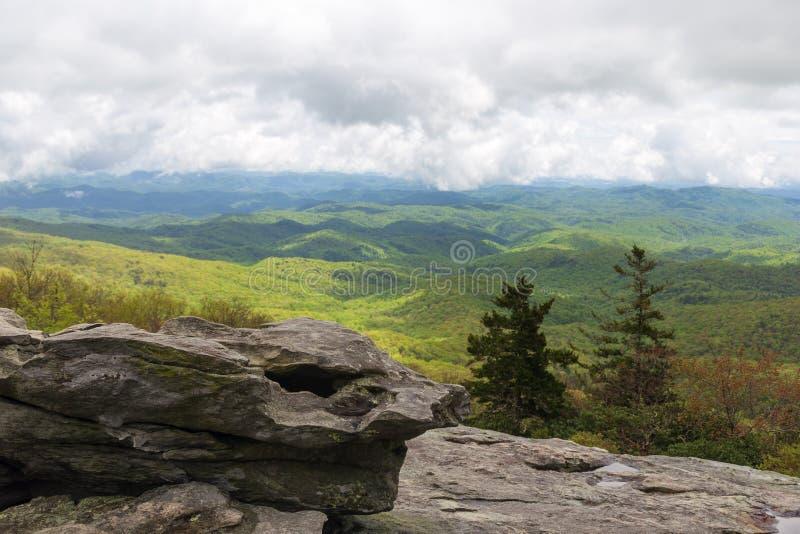Κυλώντας λόφοι των μπλε βουνών κορυφογραμμών μια νεφελώδη ημέρα στοκ εικόνες