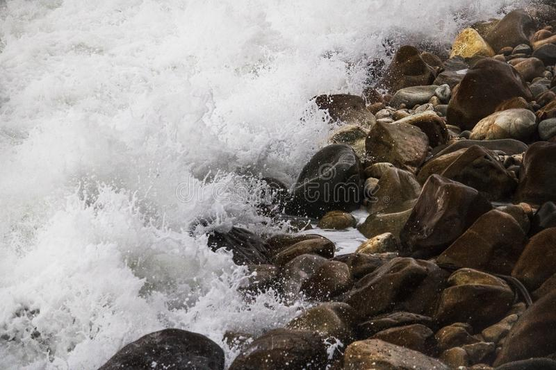 Κυλώντας συντρίβοντας κύματα στα χαλίκια σε μια παραλία στο Drive του Clarence, μεταξύ Kleinmond και του κόλπου Gordons, το δυτικ στοκ φωτογραφίες με δικαίωμα ελεύθερης χρήσης