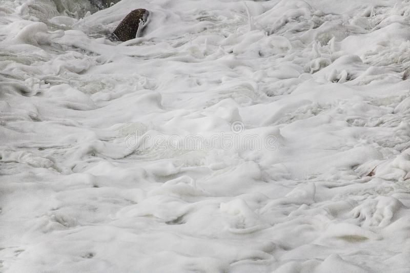 Κυλώντας συντρίβοντας κύματα στα χαλίκια σε μια παραλία στο Drive του Clarence, μεταξύ Kleinmond και του κόλπου Gordons, το δυτικ στοκ εικόνες με δικαίωμα ελεύθερης χρήσης