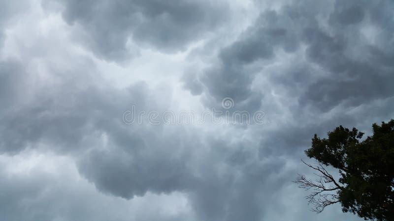 Κυλώντας σύννεφα πριν από τη θύελλα στοκ εικόνες