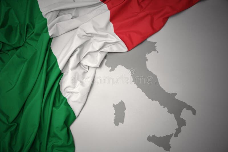 Κυματίζοντας ζωηρόχρωμοι εθνική σημαία και χάρτης της Ιταλίας ελεύθερη απεικόνιση δικαιώματος