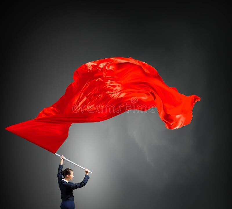 Κυματίζοντας κόκκινη σημαία γυναικών στοκ εικόνες