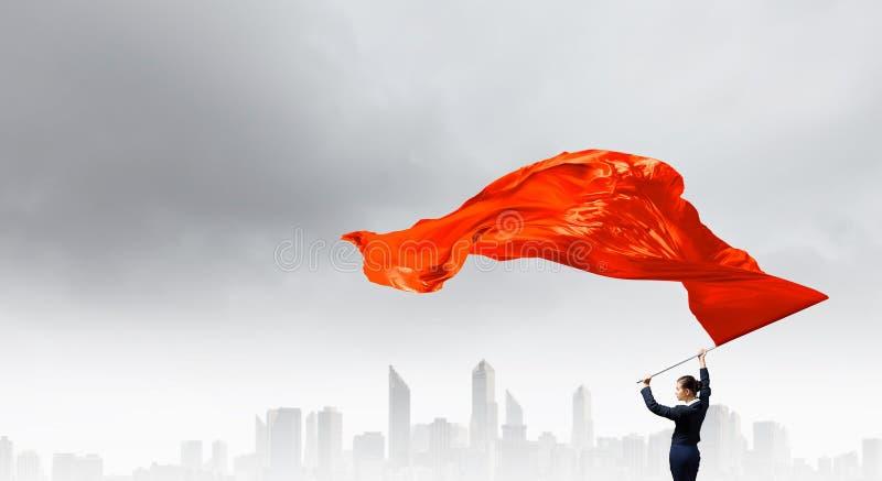 Κυματίζοντας κόκκινη σημαία γυναικών στοκ εικόνα