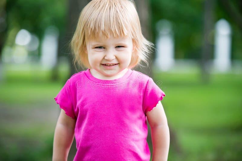 Κυματίζοντας παιδί στην παιδική χαρά στοκ εικόνες
