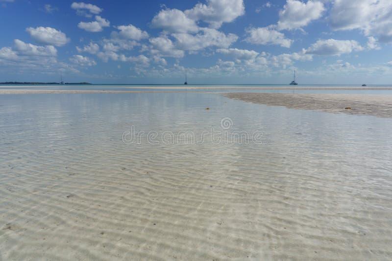 Κυματισμένο φράγμα άμμου σε εκβολή ποταμού Bahama at Low Tide στοκ φωτογραφία