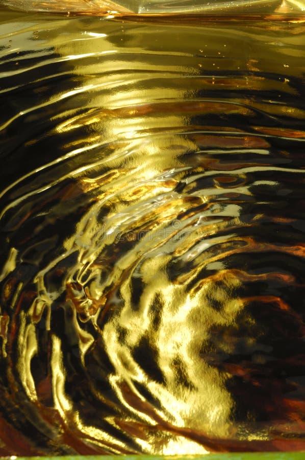 Κυματισμοί ή κύματα νερού κάτω από το κίτρινο φως στοκ φωτογραφίες