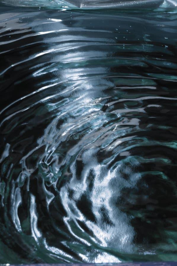 Κυματισμοί ή κύματα νερού κάτω από το μπλε φως στοκ εικόνες με δικαίωμα ελεύθερης χρήσης